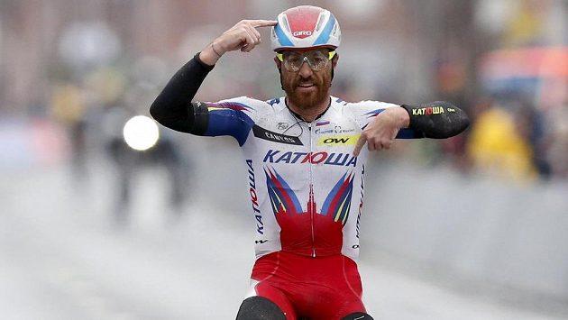 Italský veterán Luca Paolini si jede pro vítězství v jarní cyklistické klasice Gent-Wevelgem.