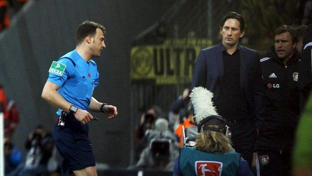 Trenér Leverkusenu Roger Schmidt (vpravo) a rozhodčí Felix Zwayer.