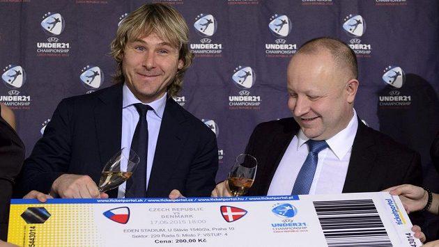 Hlavní ambasador fotbalového mistrovství Evropy hráčů do 21 let Pavel Nedvěd (vlevo) a předseda organizačního výboru Petr Fousek spustili prodej vstupenek.