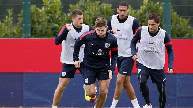 Steven Gerrard na tréninku anglické reprezentace před zápasem s Polskem. Dobře si vzpomíná na šest let starý propadák.