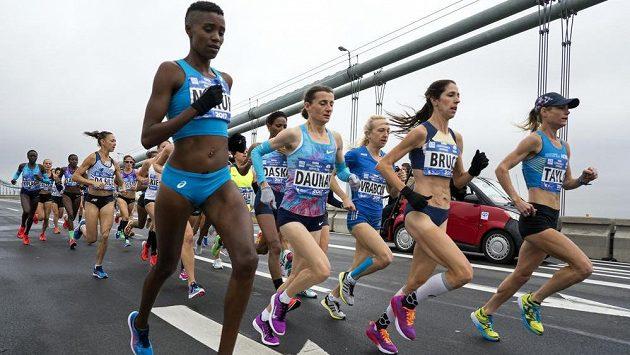 Česká běžkyně Eva Vrabcová Nývltová skončila v maratonu v New Yorku sedmá v osobním rekordu 2:29:41. Na fotografii je česká běžkyně třetí zprava.