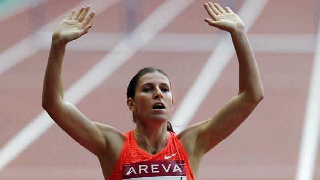 Zuzana Hejnová se raduje z vítězství v závodu na 400 metrů překážek na Diamantové lize v Paříži.