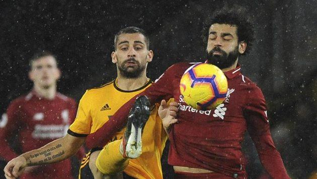 Jonny Otto (vlevo) z Wolverhamptonu a liverpoolský Mohamed Salah.