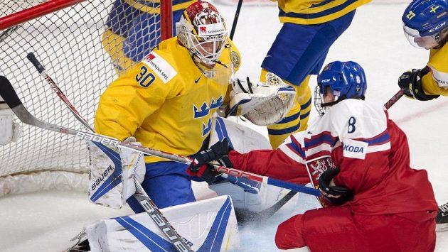 Český útočník Martin Nečas se snaží překonat švédského brankáře Filipa Gustavssona v zápase MS hráčů do 20 let.