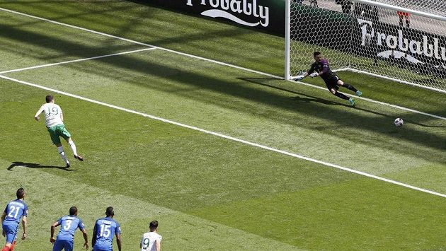 Ir Robbie Brady proměňuje pokutový kop proti Francii.