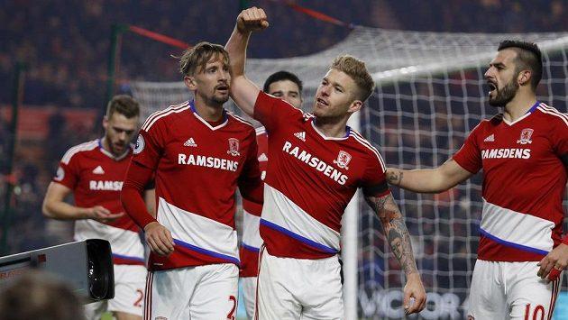 Fotbalisté Middlesbrough slaví gól do sítě Hullu.