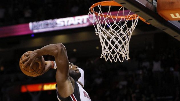 Basketbalista Miami Dwyane Wade v zápase proti Oklahomě.