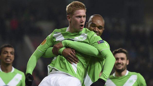 Záložník Wolfsburgu Kevin de Bruyne (druhý zleva) slaví se spoluhráči gól proti Interu Milán v úvodním osmifinálovém duelu Evropské ligy.