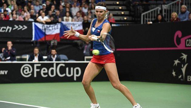 Lucie Šafářová během druhého utkání s Angelique Kerberovou v pražské O2 areně.
