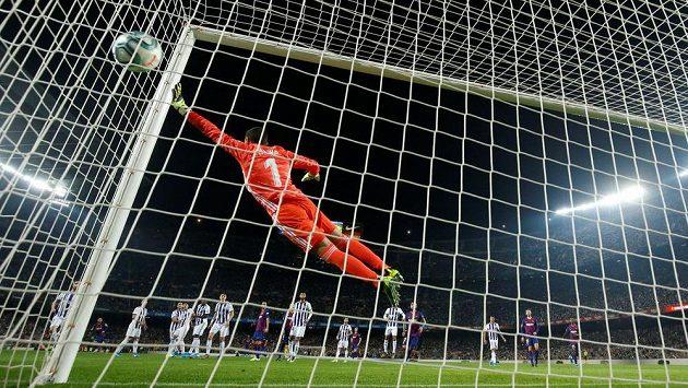 Lionel Messi střílí třetí gól Barcelony v ligovém utkání proti Valladolidu.