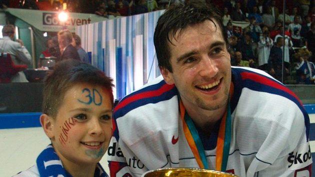 Miroslav Hlinka se synem Michalem v roce 2002 poté, co Slováci získali titul mistrů světa.