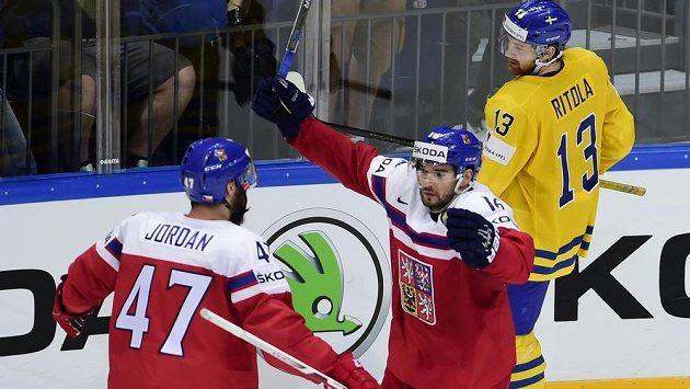 Michal Birner (uprostřed) se raduje ze svého gólu proti Švédsku se spoluhráčem Michalem Jordánem. Vzadu je švédský reprezentant Mattias Ritola.