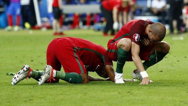 Vyčerpaný Pepe (vpravo) s portugalským spoluhráčem Nanim po finále ME s Francií.