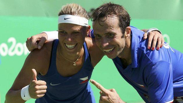 Rozesmátí tenisté Lucie Hradecká a Radek Štěpánek po zisku bronzu v mixu.