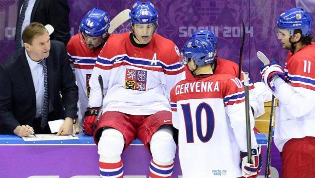 Český hokejový útočník Tomáš Plekanec (druhý zleva) naslouchá pokynům trenéra Aloise Hadamczika. Zprava jsou během oddechového času Martin Hanzal, Roman Červenka a Jaromír Jágr.