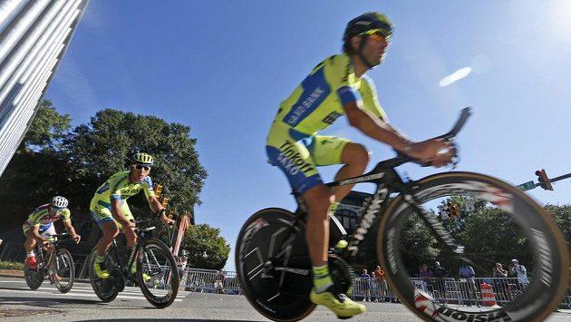 Tým Tinkoff Saxo během časovky na MS v cyklistice.