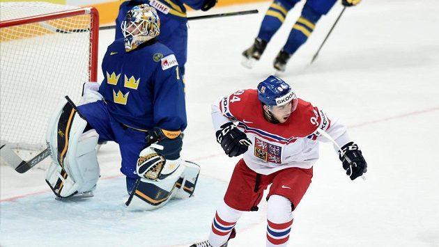 Český útočník Dominik Simon oslavuje svůj gól proti Švédům.