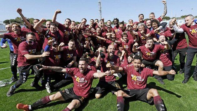 Hráči Salernitany se radují z postupu do Serie A