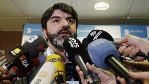 Manažer Fernanda Alonsa Luis García Abad informoval novináře o stavu španělského jezdce přímo v nemocnici na severu barcelony.