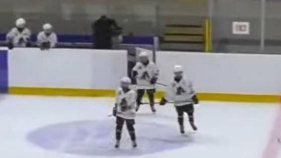 Běloruský trenér dvanáctiletých hokejistů mlátí jednoho ze svých svěřenců.