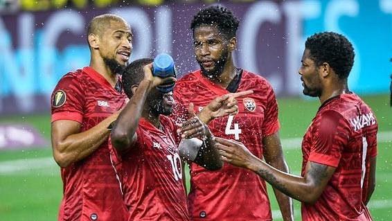 Fotbalisté Trinidad a Tobago během prvního utkání Zlatého poháru s Mexikem.