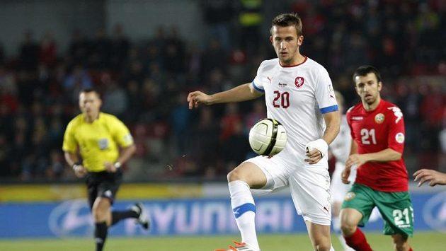 Tomáš Pekhart zpracovává míč v utkání proti Bulharsku.
