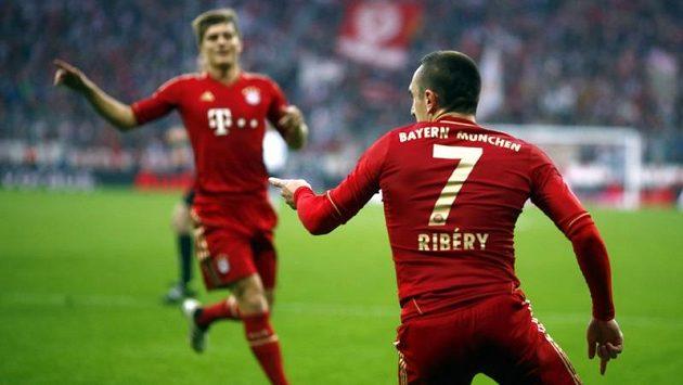 Záložník Bayernu Mnichov Franck Ribéry (vpravo) se raduje se spoluhráči ze vstřelení gólu proti Frankfurtu.