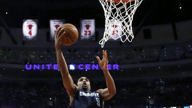 Gerald Henderson (ve výskoku) z týmu Charlotte Bobcats střílí koš v utkání NBA proti Chicagu.