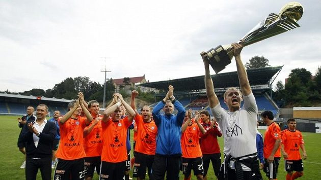 Olomoucký brankář Zlámal se raduje se svými spoluhráči ze zisku Superpoháru.