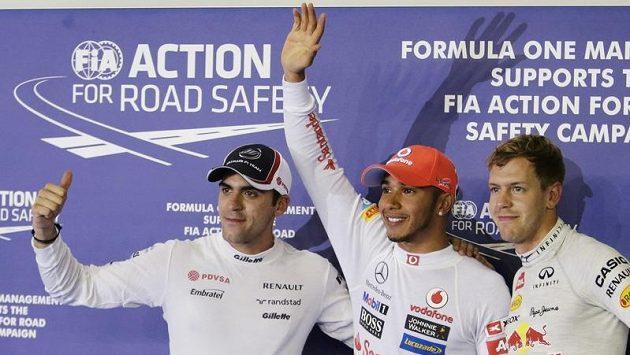 Lídři kvalifikace - zleva druhý Pastor Maldonado, první Lewis Hamilton a třetí Sebastian Vettel.