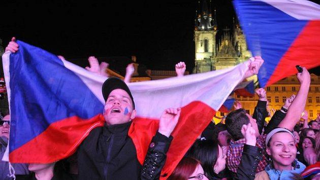 Fanoušci na Staroměstském náměstí v Praze