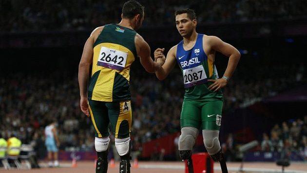 Oscar Pistorius (vlevo) gratuluje Alanu Oliveirovi z Brazílie k paralympijskému zlatu v běhu na 200 metrů. Jihoafrický favorit skončil druhý.