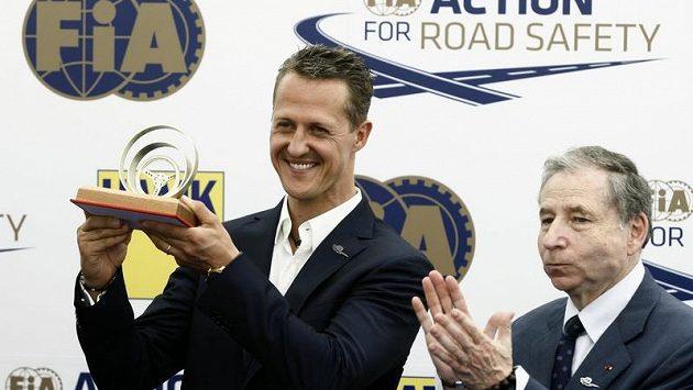 Pilot formule 1 Michael Schumacher (vlevo) a šéf FIA Jean Todt