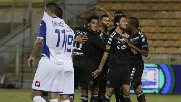 Fotbalisté Lyonu se radují ze vstřelení gólu na hřišti Hapoelu Kirjat Šmona.