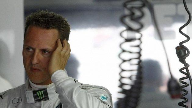 Zklamaný Michael Schumacher v boxech