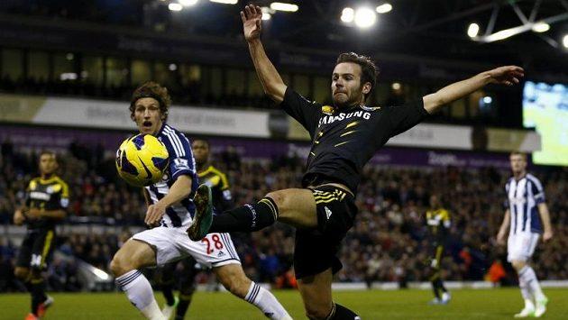 Obránce Billy Jones z týmu West Bromwich Albion sleduje Juana Matu z Chelsea, který se snaží zasáhnout míč.