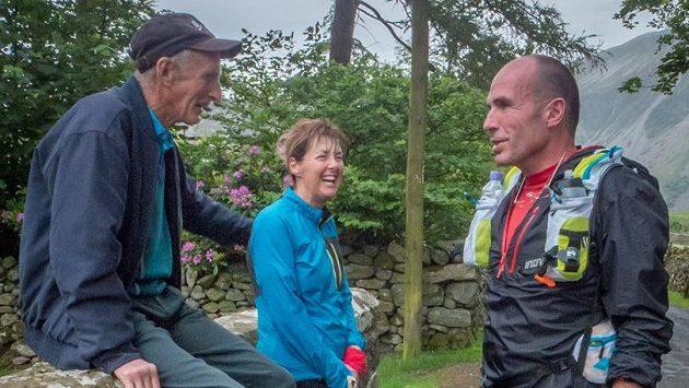 Joss Naylor (vlevo) v družném hovoru s dalšími fell runnery.