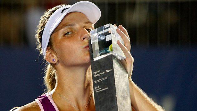 Karolína Plíšková s trofejí pro vítězku turnaje v Kuala Lumpuru.