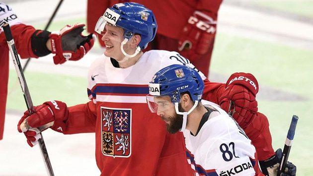 Michal Vondrka (82) a Jakub Krejčík oslavují vítězství nad Švýcary.
