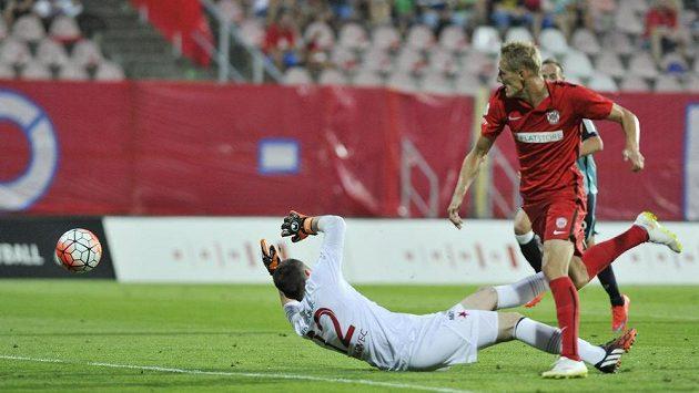 Útočník Zbrojovky Michal Škoda dává gól brankáři Slavie Martinu Berkovci.