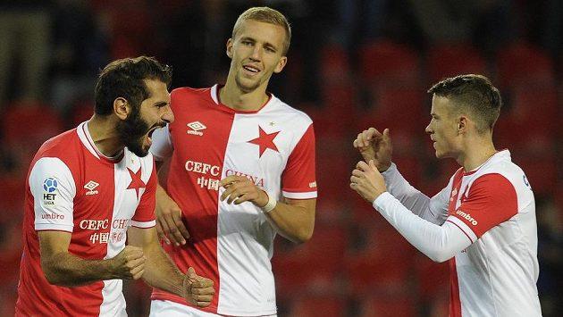 Zleva hráči Slavie Halil Altintop, Tomáš Souček a Jan Sýkora se radují z gólu proti Třinci.