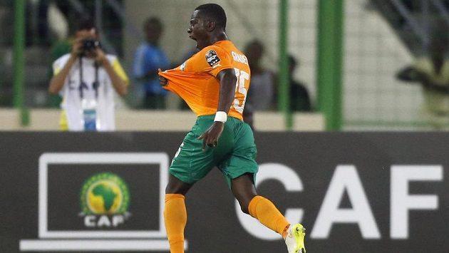 Max Gradel z Pobřeží slonoviny slaví gól proti Kamerunu na mistrovství Afriky.