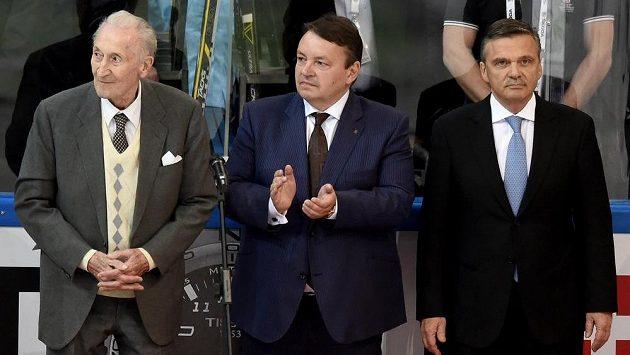 Prezident IIHF René Fasel (vpravo) při slavnostním zahájení MS s bývalým slavným reprezentantem Vladimírem Zábrodským (vlevo) a šéfem českého hokeje Tomášem Králem.