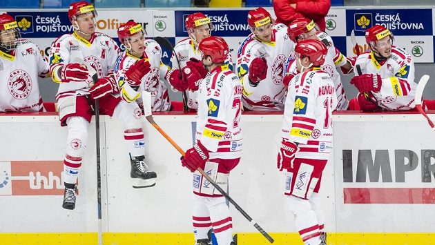 Třinečtí hokejisté slaví gól na ledě Hradce Králové.