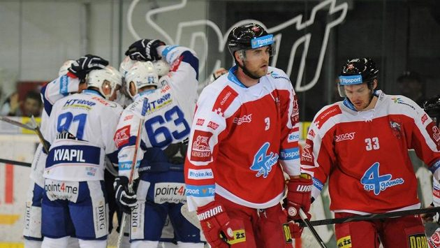 Domácí hráči Komety Brno (v pozadí vlevo) slaví první branku, vpředu zprava olomoučtí Juraj Mikúš a David Škůrek.