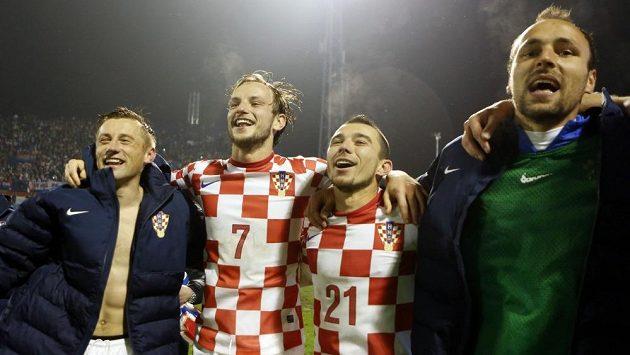 Fotbalisté Chorvatska Ivica Olič, Ivan Rakitič, Danijel Pranjič a Gordon Schildenfeld slaví v Záhřebu postup na MS do Brazílie.