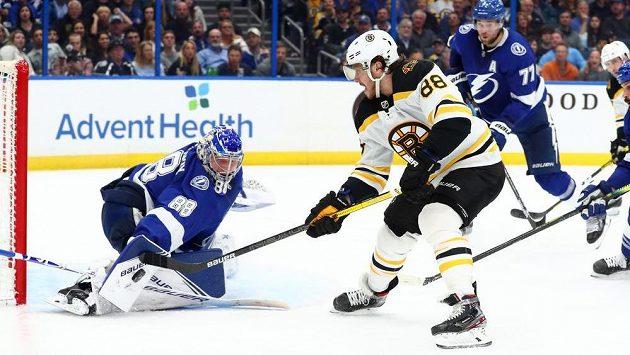 Hokejový útočník David Pastrňák (88) střílí na branku Tampy Bay Lightning v utkání NHL.