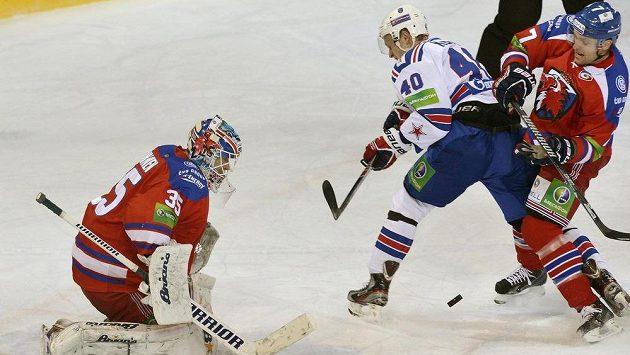 Zleva brankář Lva Petri Vehanen, Jevgenij Ketov z Petrohradu a Mikko Mäenpää ze Lva.