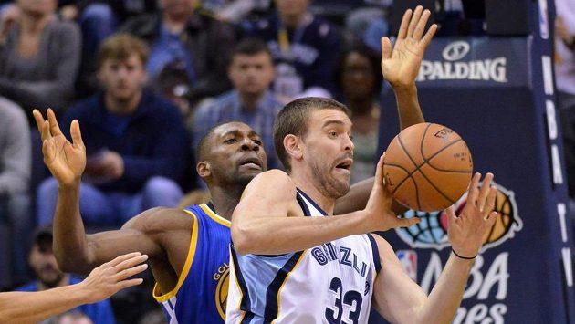 Marc Gasol (33) pomohl Memphisu k výhře nad Golden State, jehož vítězná série v NBA skončila. Vlevo Festus Ezeli.