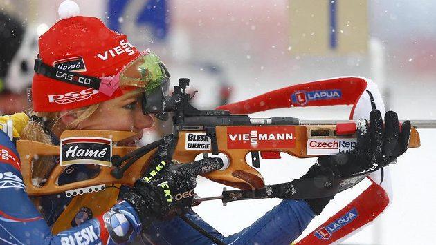 Gabriela Soukalová při střelbě závodu s hromadným startem.